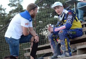 Andreas Sundin i samtal med Linus Sundström under elitseriepremiären i Vetlanda.