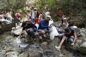 Ett flera dagar lång elavbrott gör att befolkning i Venezuela få hämta vatten där det hittar det.