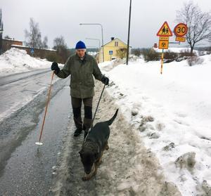 Bertil Wisting och hunden Ronja tvingas gå på körbanan längs Hovsgatan.
