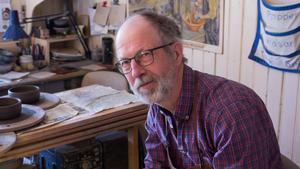 Lindstedt har sysslat med keramik i över 40 år - sedan 1991 håller han till bredvid hembygdsgården i Fagersta.
