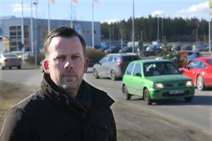 Bilköerna är det stora problemet på Erikslund, anser Daniel Kvist som driver Ica- Maxibutiken i området. Handlarföreningen föreslår bland annat en ny väg parallell med E18. Med nya och bättre gång- och cykelvägar skulle fler besökare kunna gå och cykla.