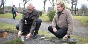 Per-Gunnar Pettersson och sonen Andreas kom från Uppsala för att sätta ett ljus på en av de äldre gravarna på Norrtälje nya kyrkogård. Där vilar Per-Gunnars morfarsfar född 1836 och hans hustru Brita-Kristina.