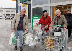 Inköpen avklarade. Leif Johansson har skjutsat Vera Fröling och Britta Tenerz till Coop för att handla. Turen går varje fredag.