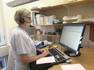 Hjördis Mattisson, sjuksköterska  på reumatologmottagningen,  ringer upp en patient som behöver råd om sin sjukdom.