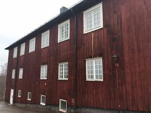 Träbyggnaderna på Brunnsvik behöver målas om.