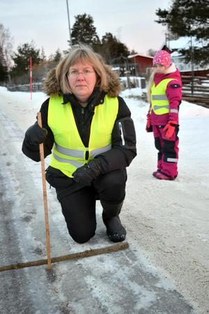 Eva Östling konstaterar att en del av spåren är fyra centimeter djupa. Bakom henne ses dottern Märta.