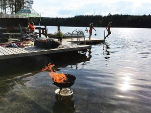Bad och grill i Saltsjön. Det går att göra både och för att undvika brandfara. Foto: Martin Stattin