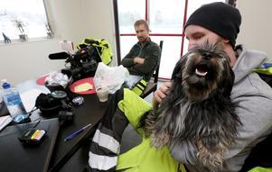 Kamerateamet Andreas Lagestrå och Cristoffer Carringer är ett av åtta kamerateam som följer bärgarna i Vägens hjältar. I Cristoffers famn Åke, bärgaren Puttes hund som även han är med ut på uppdrag ibland.
