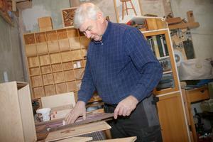 Mats tycker det är en fröjd att skapa och se sina alster växa fram. Han är sysselsatt. Fram till april ska han tillverka massor med lådor som han ska visa upp på sin utställning.
