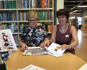 Birgitta Matsson och Lisbeth Lundberg har ett digert program under sommaren på biblioteket i Vansbro.