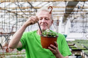 Ägaren Roland Bollinger visar hur det sinnrika vattningssystemet funderar.