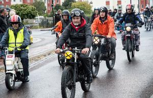 Massor av olika märken och modeller visades upp när mopedfolket rullade in i stan.
