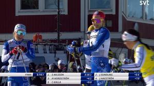 Stina Nilsson, med röd mössa, jublar efter karriärens första SM-guld. Bild: SVT.