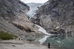 Alltfler rapporter kommer om stigande temperaturer, att glaciärer smälter och att havsnivån stiger accelererande. Det är därför en total brist på ansvarstagande inför kommande generationer att tona ned klimathotet, skriver Gunnar Kjelldahl. Foto: Paul Kleiven, TT.