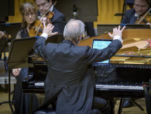 Hos Haydn och Mozart kombinerar dirigenten sin roll med solistens. Och Howard Shelley blandar gamla tider med nya när han har partituret i datorn.Foto: Lennart Hyse