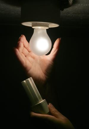De gamla matta glödlamporna är riktiga energitjuvar. Har du fortfarande sådana i bruk kan det vara smart att byta till lågenergilampor. Bild: Fredrik Sandberg/TT
