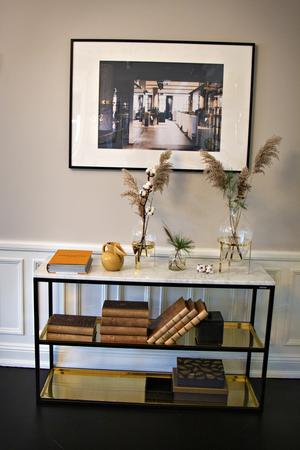 Kontoret är inrett som ett lyxigt hem. Många av fotografierna på väggarna kommer från andra kontor som alla är inredda i samma stil.