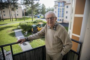 Ragnvald Jonsson på balkongen med utsikt över en del av det Krokom som vuxit upp under hans tid.