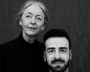 Gunilla Larsson och Robert Hannouch spelar Eivor och Abdu i pjäsen om flyktingvågen 2015 i Sverige. Bild: Anna Huerta