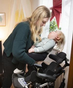 Små stunder kan Valdemar sitta i sin stol och vara uppe med familjen. Larmet för syresättningen måste hänga med.