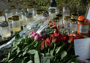 Flera personer lämnade minnen, blommor och tände ljus på platsen i Svartvik,  där 25-åringen hittades död.