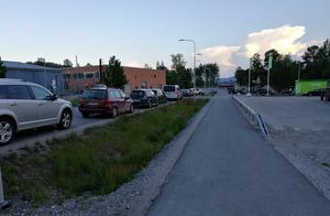 Bilköerna ringlade sig långa och långt ut på Forssåsvägen.