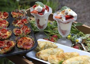 Minipajer med fläskfilé, smördegsinbakad gravad lax och jordgubbar. Gott vid sidan av matjessill och gräslök.   Foto: Dan Strandqvist