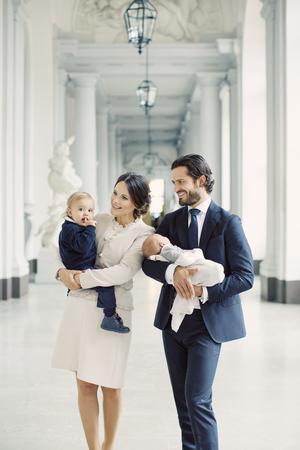 Prinsfamiljen fotograferades på Kungliga slottet.