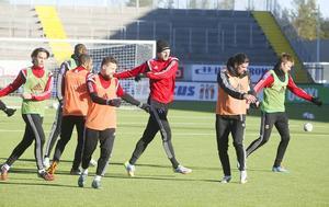 Brian Wake under en träning tillsammans med ÖFK och bland andra kaptenen Alex Dyer under fjolåret. I februari ställs de båda mot varandra i Svenska cupens gruppspel.