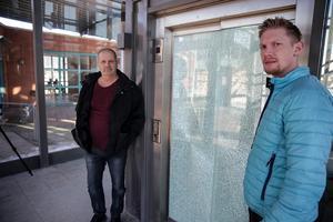 Det är många ungdomar som uppehåller sig vid gångbron och i trapphuset, uppger Arne Adolfsson och David Helsing. De antar att vissa får utlopp för sina aggressioner genom att slå sönder hissen och utrustning i trapphuset.