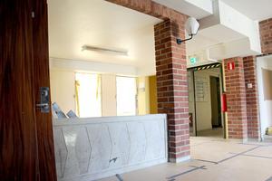 Fin väggarmatur matchar mönstret i muren.
