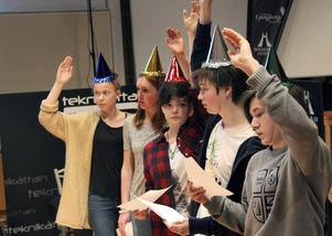 Tvåa i regionfinalen och bästa dalalag blev 8B Västra skolan Falun. Här i sista kö-uppgiften med partyhattar; Tova Betsén, Ida Johnsson, Johanna Ljung, Martin Hallberg och Filip Stål.