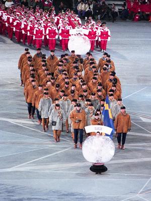 OS-truppen som deltog vid invigningen i Albertville 1992, där Tomas Gustafson var fanbärare för Sverige. Bild: Bildbyrån