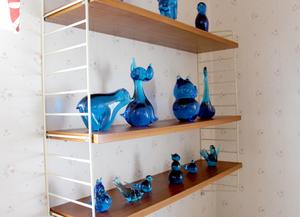 Samling av glas i blått.