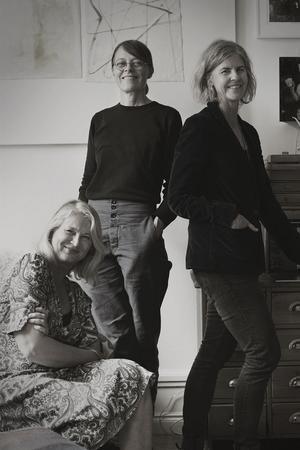 """Cilla Ramnek och Pia Ulin har vänt ut och in på Helena von Zweigbergks hem. Konstnären Ramneks idé om hur vi ska balansera livet med saker är att """"sluta mobba sina prylar, att  tvinga sig själv att inte köpa nytt och slänga ut. Stå ut med det man har."""""""