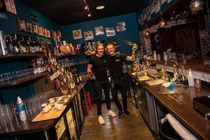 Elias Larsson och Anton Niederbach skötte baren.