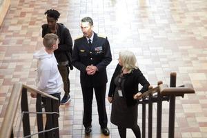 Micael Bydén stannade till och pratade med dem som ville under hans besök i Hudiksvall på fredagen.