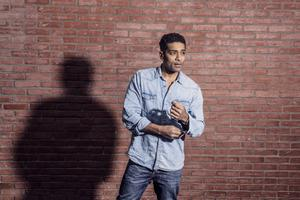 Alexander Karim föddes i Uganda, utbildade sig till skådespelare i USA och flyttade tillbaka till Sverige 2000. Foto: Magnus Liam Karlsson