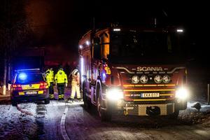 Flera insatsfordon från Ö-vik bekämpar branden i ladugården.