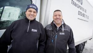 """Antonio och Manuel Piñones framför en av företagets två trasnportbilar. """"Jag är sugen på att anställa"""", säger Antonio."""