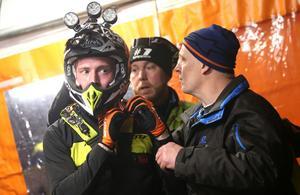 Joakim Ljunggren taktiksnackar med pappa Christer, som själv har fullföljt tio Novemberkåsor, i depån.