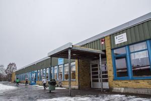 Ledningen på Vallaskolan stoppade pulkaåkningen i Ängebacken förra vintern av säkerhets. Nu kan kommunen skjuta in extra pengar för att göra den åkbar igen.