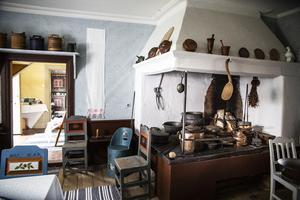 I köket finns den stora jänhällen från år 1777 som påstås vara den största i socknen.