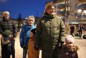 För andra året i rad tog farmor Carina Jonsson (i grön jacka) med sig barnbarnen Max (i blå jacka), Molly och Nellie för att de skulle få uppleva den gamla traditionen med knutdansen.