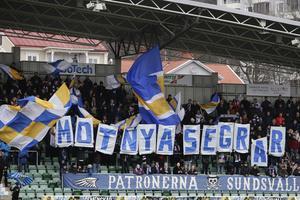 2017. Patronerna flaggade för nya segrar inför premiären mot nykomlingarna AFC Eskilstuna. Och så blev det också efter att GIF vänt 0–1-underläget. Bild: Therése Ny/TT