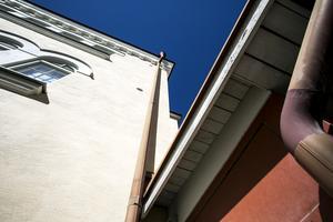 Med hjälp av stupröret på Trotzgatan klättrade tjuven upp två våningar och stal dator och pengar. Vid ett annat tillfälle, på Promenaden, tog sig fasadklättraren hela fyra våningar upp till en öppen balkongdörr.