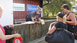Helena Edén visar på kartan hur kanotfärden kommer att gå.