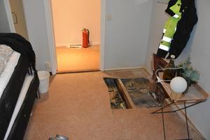 Rummet som skadades av branden är beläget precis ovanför en toalett på nedervåningen, där ventilationen fanns.