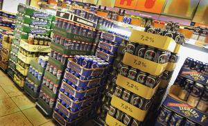 Bara i Sverige importeras tiotals miljoner ölburkar varje år. En stor del av dessa åker i soptunnan  eller slängs i naturen bara för att det inte är någon pant, skriver Lars Hasselfeldt. Foto: Hasse Holmberg, TT.
