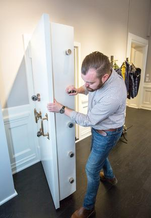 Markus Enock visar en av de gamla tunga säkerhetsdörrarna som finns kvar sedan banktiden.